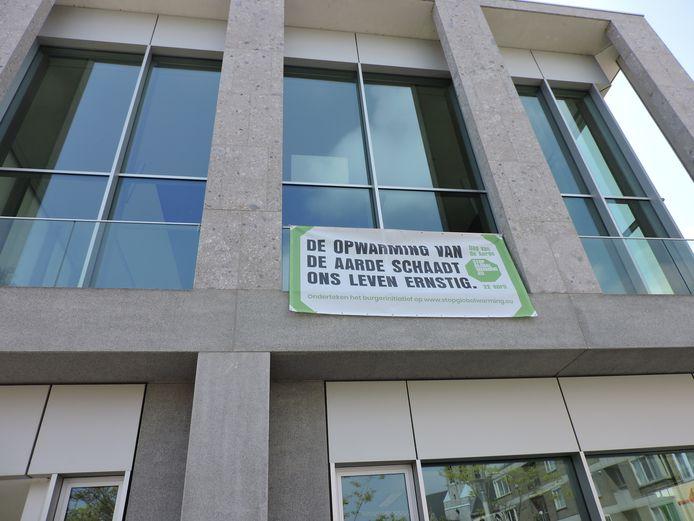Donderdag hing Deinze de banner van Earth Day aan het stadhuis.