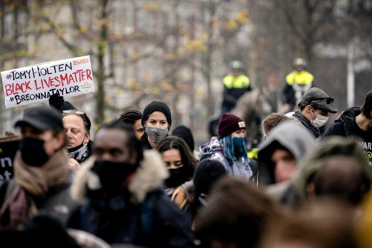 Actievoerders op de Koekamp tijdens een demonstratie tegen racisme. Mensenrechten- en klimaatorganisaties organiseerden het protest na een reeks discriminerende acties, zoals het bekladden van het pand van The Black Archives.  Beeld ANP