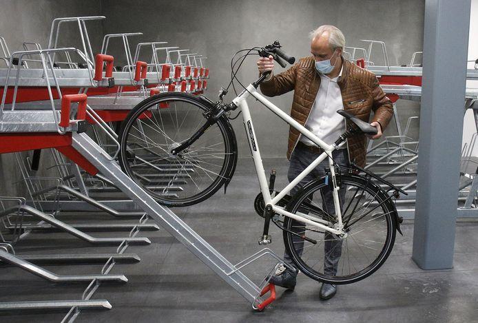 Schepen Koen Mettepenningen testte vandaag voor de eerste keer de fietsenstalling uit.