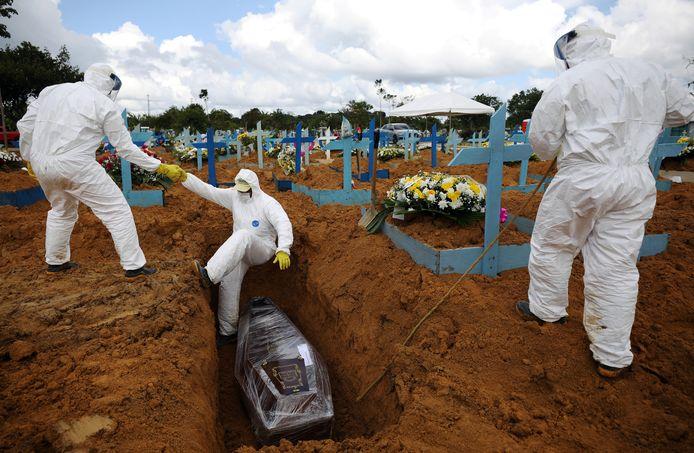 In de Braziliaanse stad Manaus zijn massaal extra begraafplaatsen aangelegd voor de vele covid-doden.