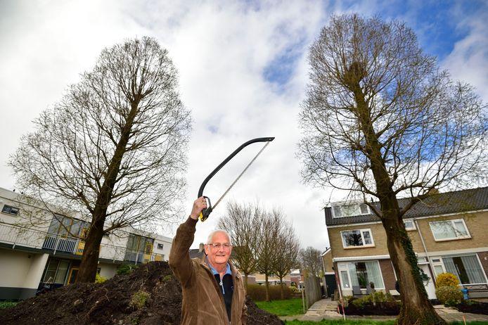 Evert Stoppelenburg wil dat twee watercipressen gekapt worden, maar de gemeente weigert de gezonde bomen te kappen.