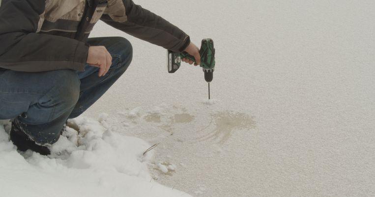 Het is elk jaar weer spannend hoe dik het ijs wordt Beeld Okki Poortvliet