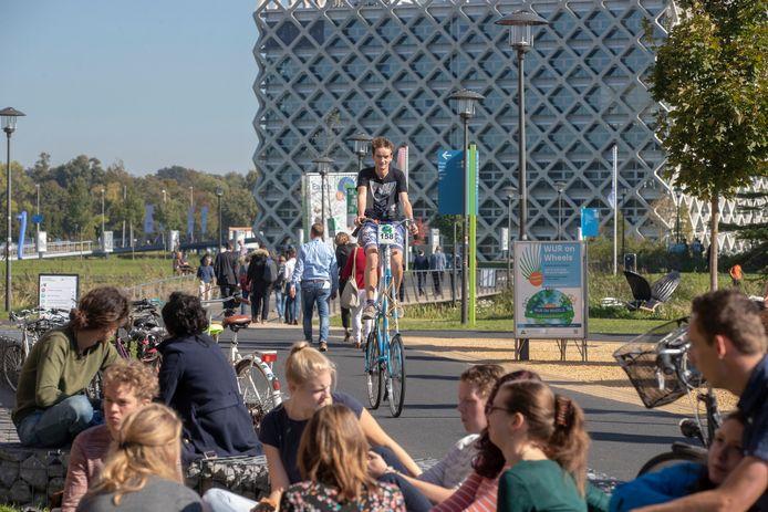 Bas Nooren op zijn zelfgebouwde fiets.