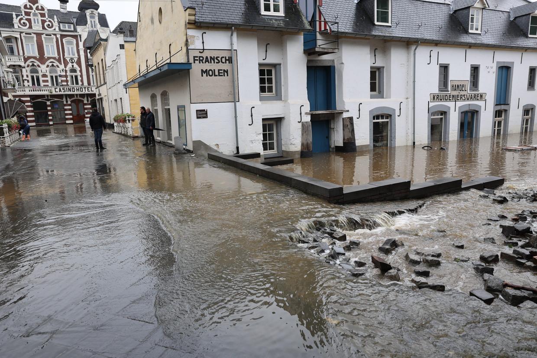 Door het almaar stijgende hoge water als gevolg van de de overstroming van de Geul liepen de straten in Valkenburg onder.