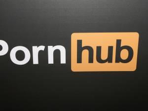 Un panneau publicitaire piraté renvoie les passants vers un site porno