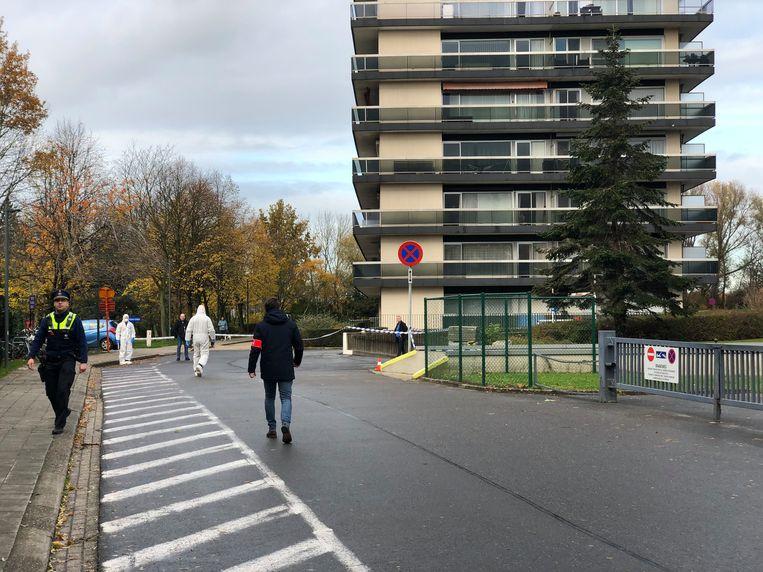 Een flatgebouw aan Leiebos was het doelwit van de zoveelste granaataanslag. Beeld Marc De Roeck