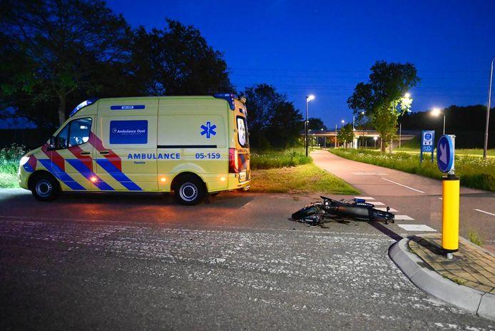 De brommer kwam op de kruising van de Westerweilandweg met de Aadorpweg in botsing met een auto.