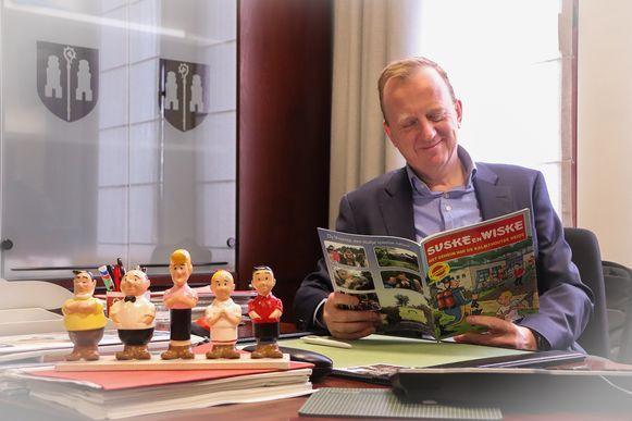Burgemeester Lukas Jacobs van Kalmthout verdiept zich in een stripverhaal.