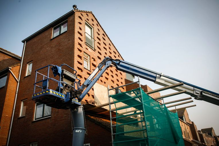 Een woning wordt extra geïsoleerd. Er komt een btw-verlaging om betere renovatie van gebouwen te stimuleren. Beeld BELGAIMAGE