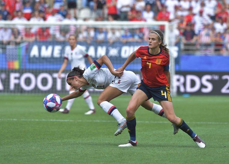 De Amerikaanse Alex Morgan (links) kreeg het hard te verduren in de wedstrijd tegen Spanje. Beeld Photo News