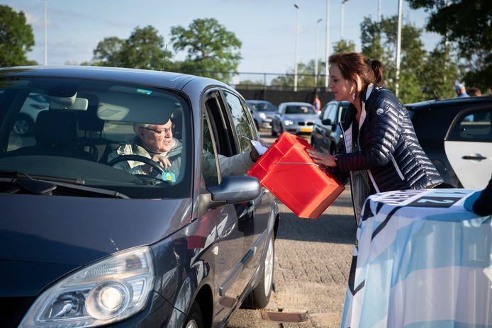 Leden van voetbalclub Juventa'12 uit Wierden stemden maandagavond op de parkeerplaats over een eventuele overstap naar de zaterdag. Dat kon vanwege de coronamaatregelen niet in de kantine.