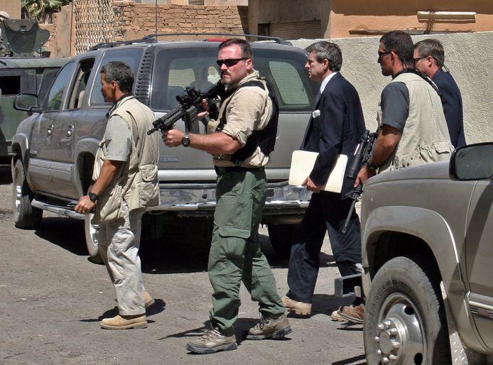 Beveiligers van het paramilitaire beveiligingsbedrijf Blackwater beschermen de Amerikaanse topdiplomaat Paul Bremer (midden) in Bagdad (Irak) in september 2003.