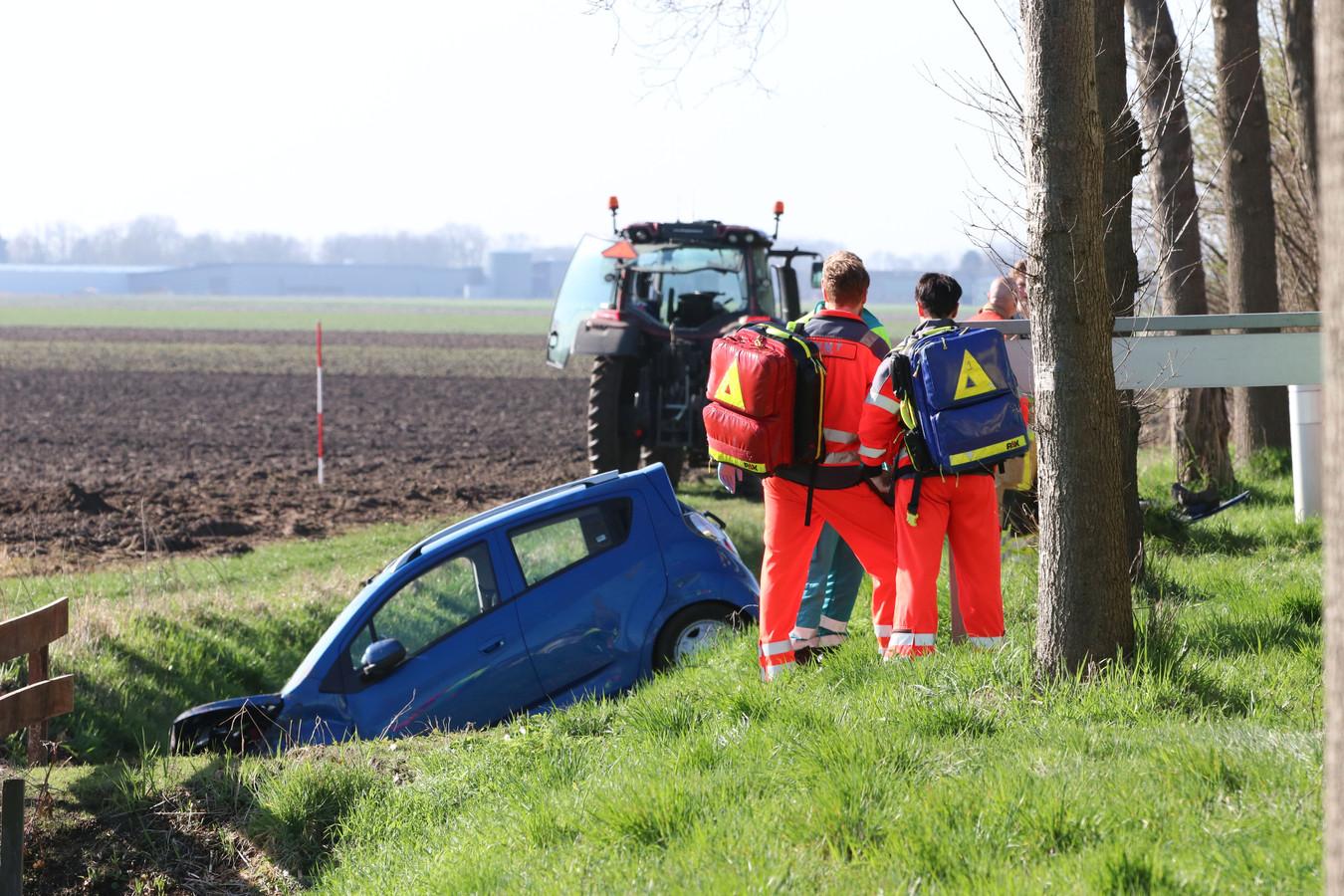 De auto kwam na de onwelwording van de bestuurder in een sloot terecht.