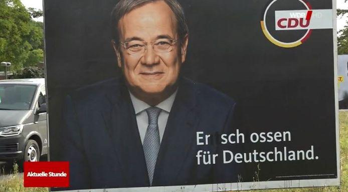 Op deze affiche van kanselierskandidaat Armin Laschet (CDU) in Keulen veranderden onbekenden 'vastbesloten voor Duitsland' in 'doodgeschoten voor Duitsland'.