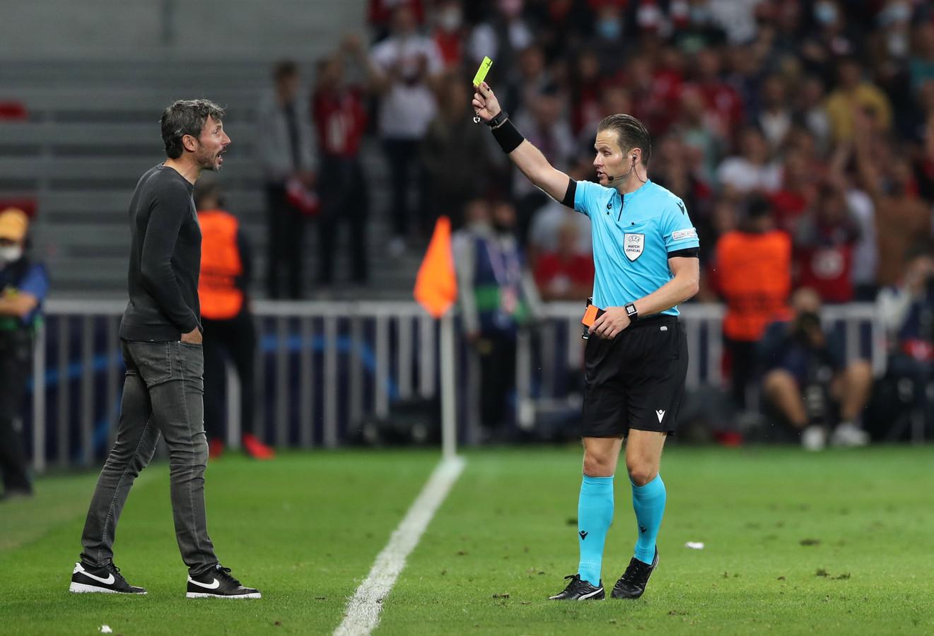 Mark van Bommel krijgt een gele kaart van Danny Makkelie.