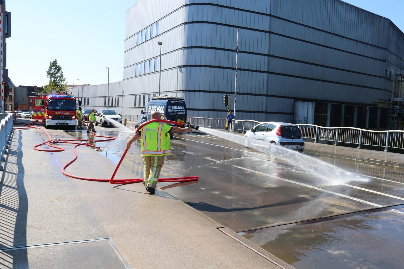 De brandweer kwam ter plaatse om de brug af te koelen.