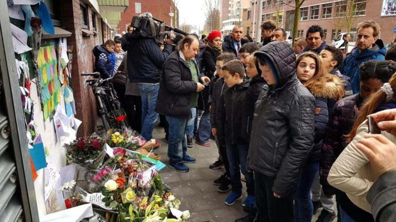 De herdenking voor de Amsterdamse fietsenmaker Temel Kobya aan de Jan Tooropstraat. Beeld Christiaan Paauwe