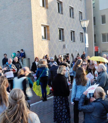 Bijeenkomst bij gemeentehuis in Cuijk tegen de 'coronamaatschappij': 'We maken ons zorgen'