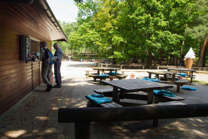 De kiosk op de parkeerplaats bij restaurant de Lemelerberg is iedere middag open. Foto Erna Lammers