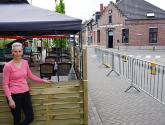 """Café De Nieuwe Zwingelmolen krijgt terras aan overkant van de straat: """"Dankbaar dat we op deze manier toch kunnen heropenen"""""""