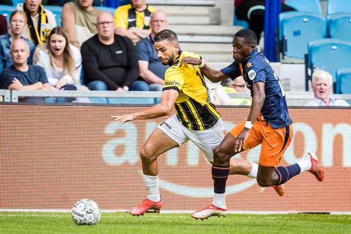 Oussama Tannane in duel met Derrick Kohn van Willem II.