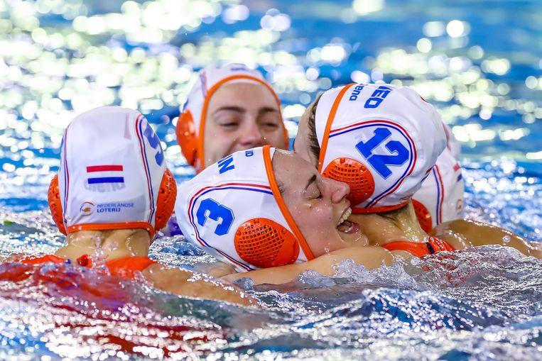 De dames van het Nederlandse team zijn doolgelukkig met de winst.  Beeld BSR Agency