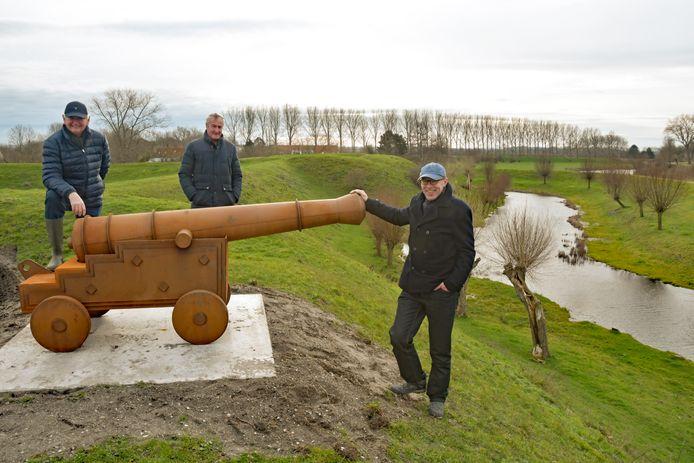 In Retranchement staan sinds kort prachtige replica's van kanonnen, die een beeld geven hoe de vesting werd verdedigd. Vlnr: Eric van Strydonck, Hans Vercouteren en Han Almekinders.