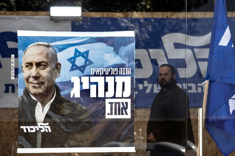 Critici beschuldigen Netanyahu ervan zijn premierschap belangrijker te vinden dan het landsbelang.  Beeld AP