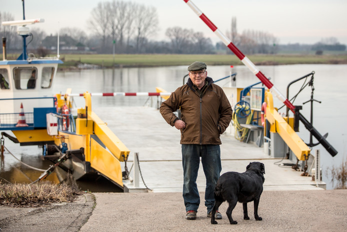 Veerbaas Dirk Wijers zwaait na 42 jaar af. Het pontje staat nu te koop.