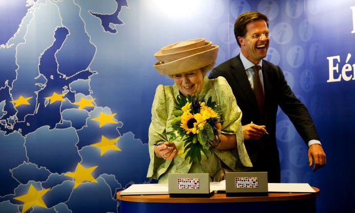 Koningin Beatrix en premier Mark Rutte in 2011.