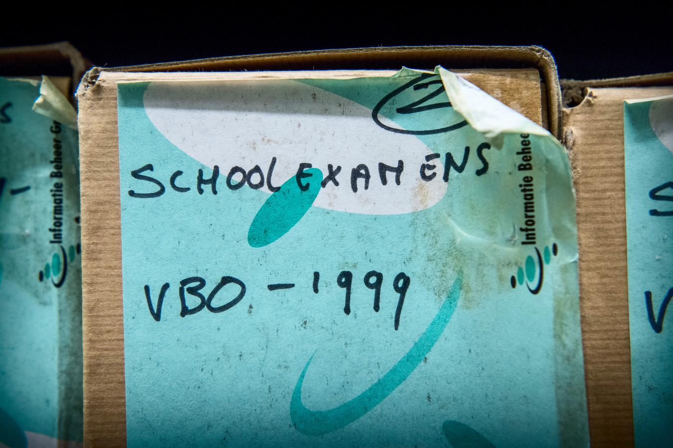 Verspreid over twee archieven liggen duizenden cijferlijsten in kartonnen dozen.