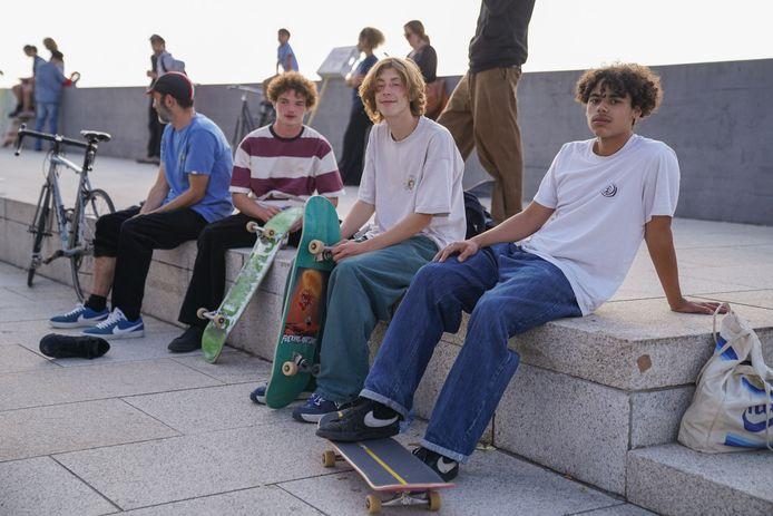 Bilail (rechts), Mauro en hun vrienden.