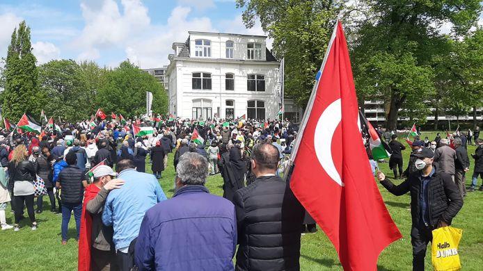 Het is druk bij de demonstratie in Enschede
