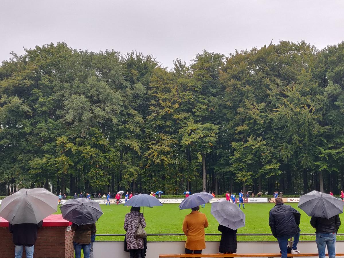 Treffender dan deze foto kunnen we de derby tussen Loenermark en Klarenbeek niet omschrijven.