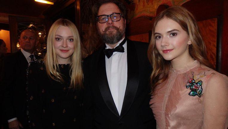 Regisseur Martin Koolhoven, met krulsnor en Hollywoodsterren Dakota Fanning (l) en Emilia Jones, die in het Nederlands kan bidden, maar dat is gedubd Beeld Schuim