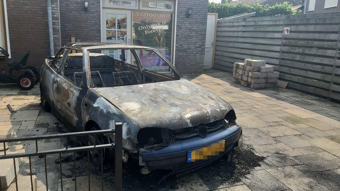 Van de Golf Cabrio is na de brand aan de Raamweg in Tricht alleen een karkas over.
