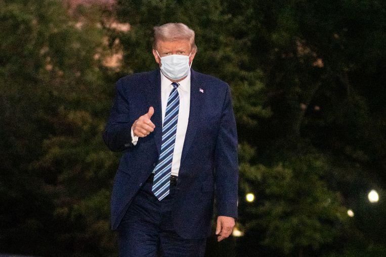 Na enkele dagen in het Walter Reed National Military Medical Center behandeld te zijn, heeft de Amerikaanse president zijn taken weer hervat.  Beeld EPA
