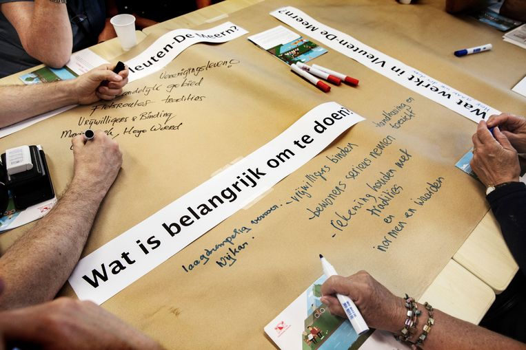 Op vellen papier schrijven aanwezigen in De Schalm wat zij belangrijk vinden. Beeld Werry Crone