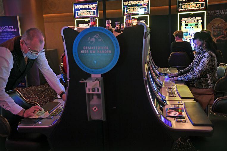 Coronaproof gokken in het Holland Casino in Enschede. Beeld Marcel van den Bergh / de Volkskrant