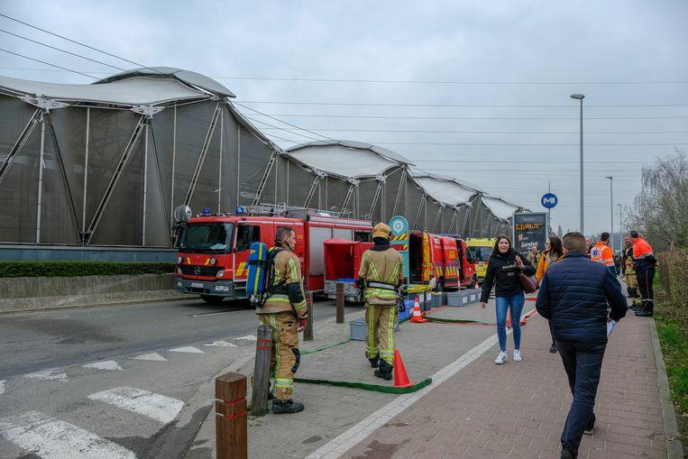 De brandweer aan het metrostation.
