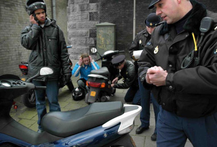 Massale scootercontroles in Amsterdam (Marcel van den Bergh) Beeld null