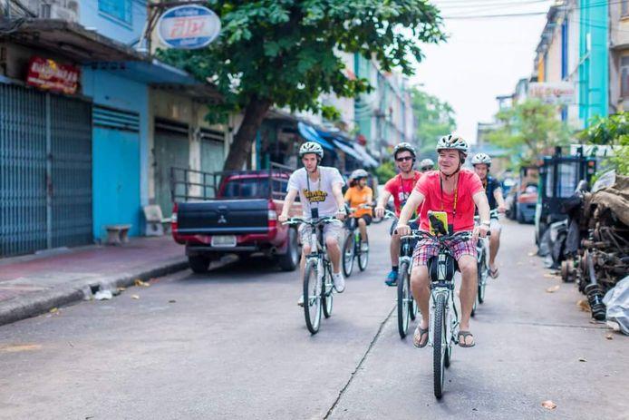 Raymond Haasewinkel op de fiets met toeristen op pad in Bangkok.