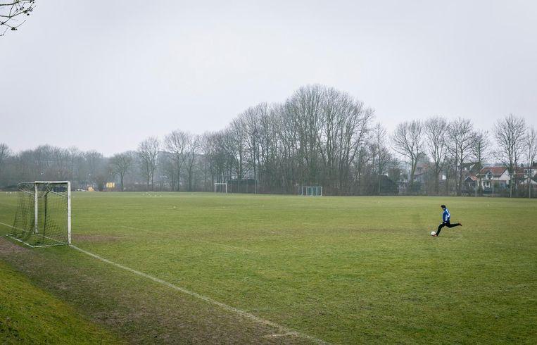 Voetbalvereniging Dubbeldam in Dordrecht. Nu de KNVB het seizoen heeft stilgelegd, dalen de inkomsten van amateurclubs. Beeld anp