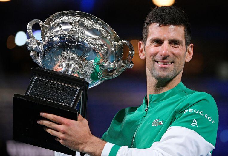 Een vertrouwd beeld. Novak Djokovic met de bokaal van de Australian Open. Beeld AP