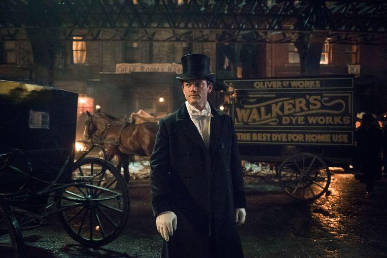 Luke Evans ('The Girl on the Train', 'Beauty and the Beast') op de set van 'The Alienist'. Beeld Turner Entertainment Networks, Inc.