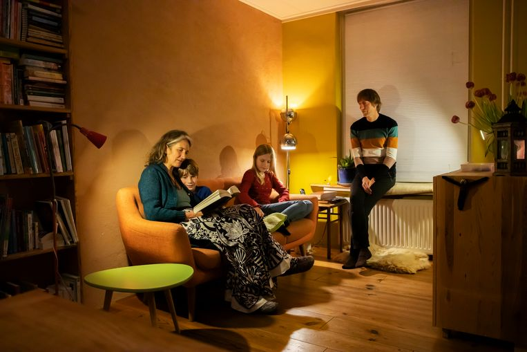 Saskia Zwijnenburg leest samen met haar man Joost Roks haar kinderen Tara (13) en Senn (8) dagelijks voor. Beeld Martijn Gijsbertsen