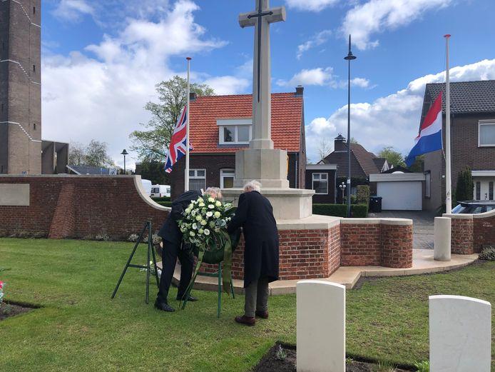 Toon Verbakel (links) en Koen Hehenkamp leggen een krans bij de ingang van het oorlogskerkhof.