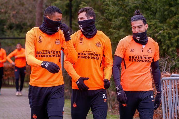 Cody Gakpo, Gastón Pereiro en Érick Gutiérrez bij de training van PSV.
