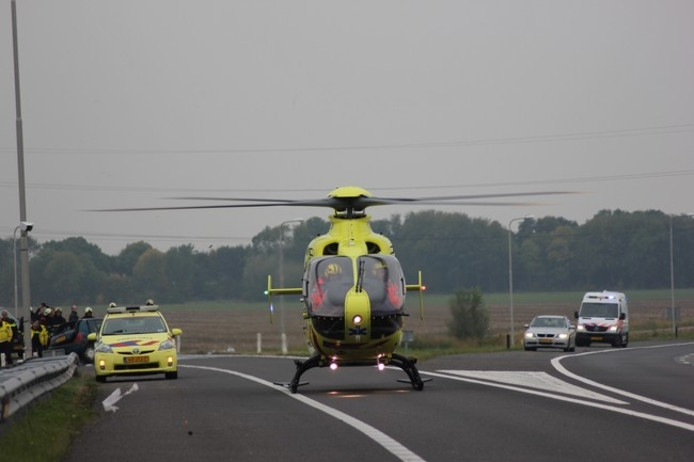 De traumahelikopter landt bij de plek van het ongeval.