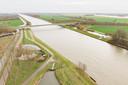De Goyerbrug over het Amsterdam Rijnkanaal bij Schalkwijk. Hier zouden vier windmolens komen te staan, één pal tegenover het huis van de familie Trienekens.